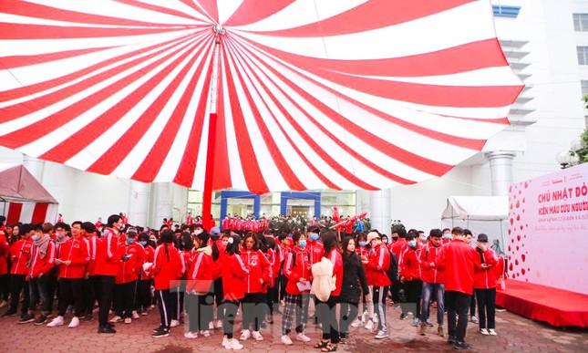 Sinh viên Đại học Bách khoa trước giờ khai hội Chủ nhật Đỏ ảnh 3