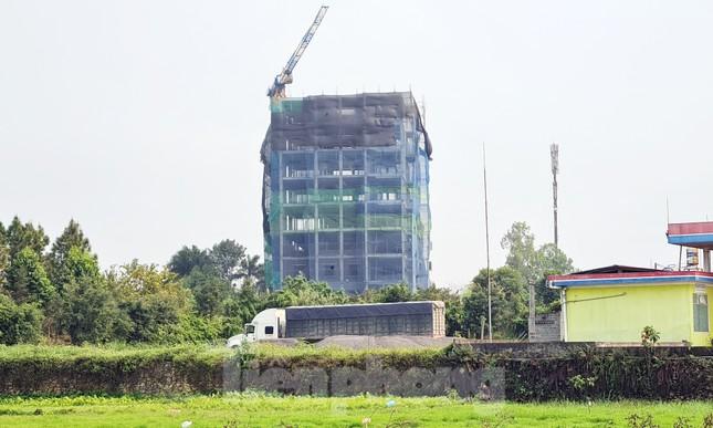 Cận cảnh công trình cao 9 tầng 'mọc' trên đất trồng cây ở Sơn Tây ảnh 7