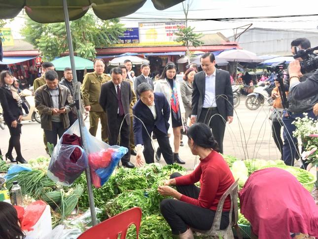 Bộ trưởng Công Thương mua gà, kiểm tra tình hình thị trường Tết tại Lạng Sơn ảnh 1