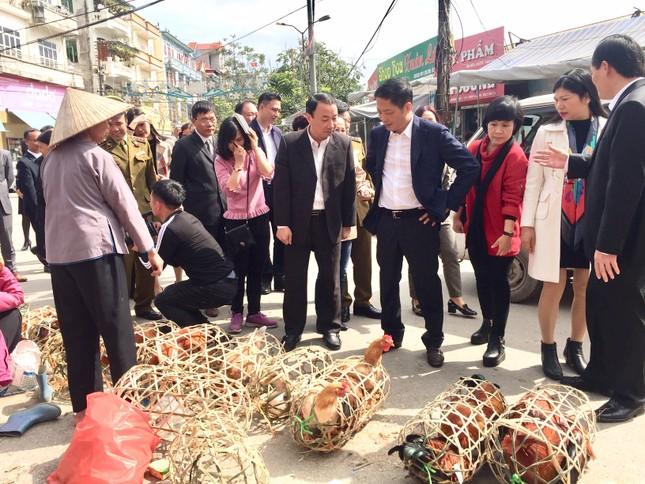 Bộ trưởng Công Thương mua gà, kiểm tra tình hình thị trường Tết tại Lạng Sơn ảnh 3