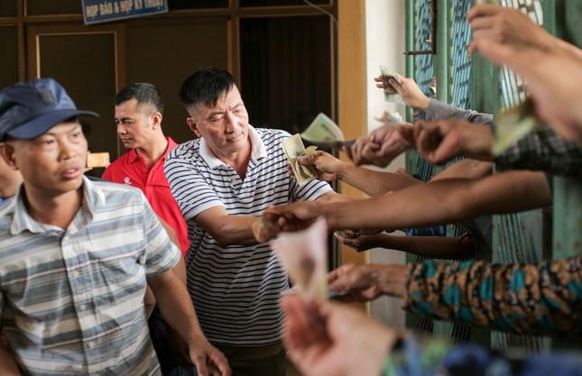 Cổ động viên chen lấn mua vé xem trận Nam Định-HAGL ảnh 1
