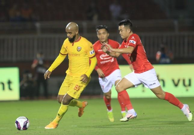Lee Nguyễn mờ nhạt, TPHCM thắng 10 người của Hà Tĩnh ảnh 2