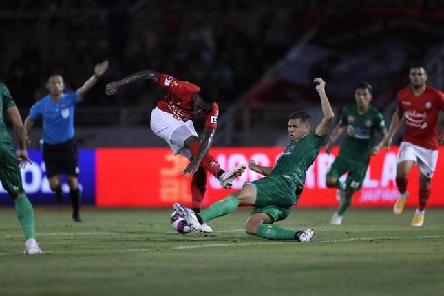 Lee Nguyễn ghi bàn trên chấm 11m, CLB TPHCM thắng chật vật Sài Gòn FC ảnh 1