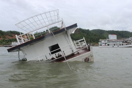 Thêm 2 tàu du lịch bị chìm trên Vịnh Hạ Long ảnh 1