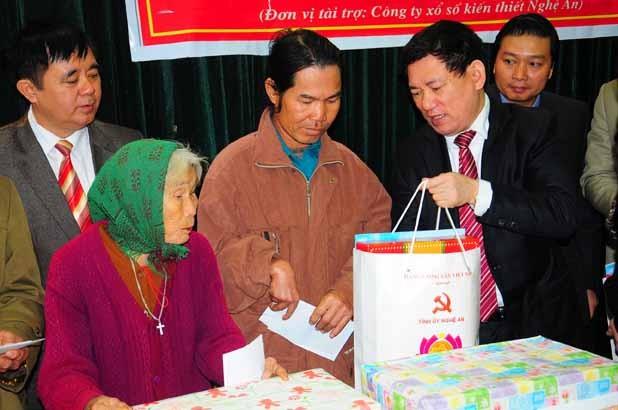 Nghệ An: Xây nhà, tặng quà cho người nghèo ảnh 2