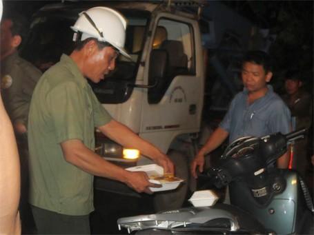 Trắng đêm khắc phục sự cố mưa dông ở Hà Nội ảnh 8