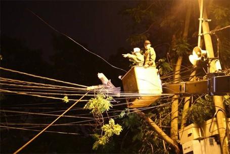 Trắng đêm khắc phục sự cố mưa dông ở Hà Nội ảnh 5