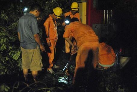 Trắng đêm khắc phục sự cố mưa dông ở Hà Nội ảnh 2