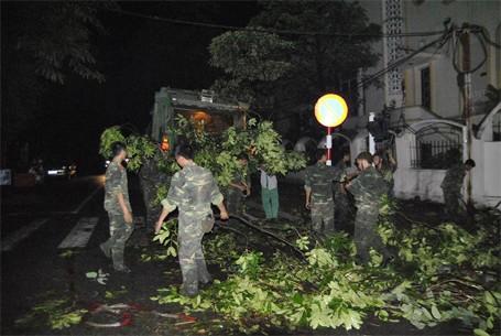 Trắng đêm khắc phục sự cố mưa dông ở Hà Nội ảnh 3