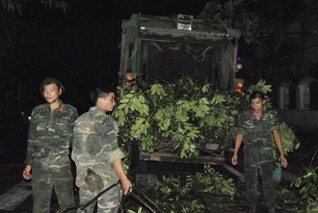 Trắng đêm khắc phục sự cố mưa dông ở Hà Nội ảnh 4