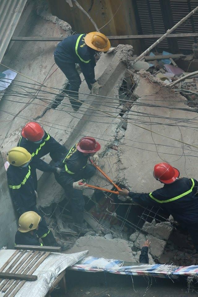 Sập nhà cũ ở Hà Nội, hai người tử vong dưới đống đổ nát ảnh 38