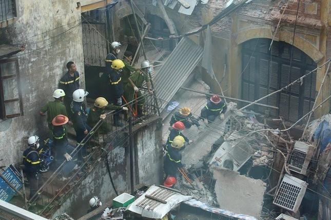 Sập nhà cũ ở Hà Nội, hai người tử vong dưới đống đổ nát ảnh 37