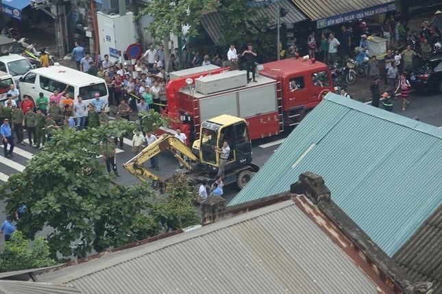 Sập nhà cũ ở Hà Nội, hai người tử vong dưới đống đổ nát ảnh 17