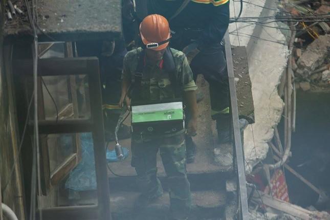 Sập nhà cũ ở Hà Nội, hai người tử vong dưới đống đổ nát ảnh 42
