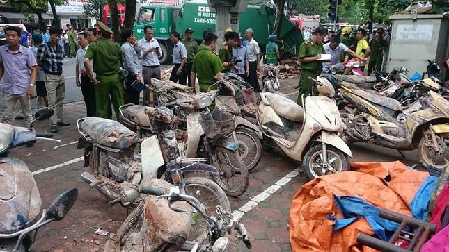 Sập nhà cũ ở Hà Nội, hai người tử vong dưới đống đổ nát ảnh 23