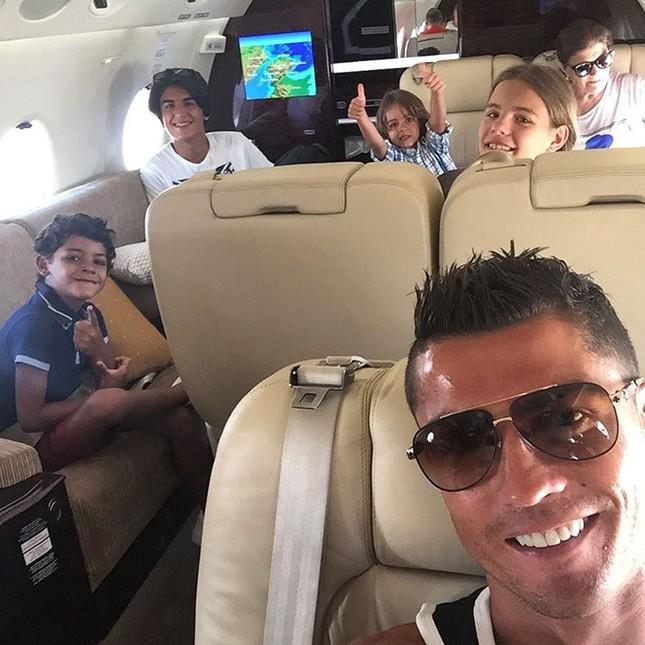 Vô địch EURO, Ronaldo dùng máy bay đưa cả nhà đi chơi ảnh 1