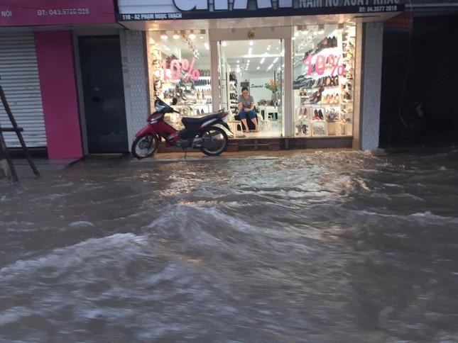 Nhiều khu vực Hà Nội ngập sâu sau bão ảnh 3