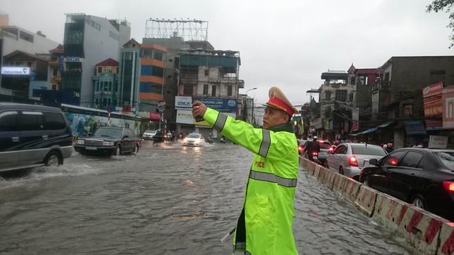 Nhiều khu vực Hà Nội ngập sâu sau bão ảnh 4