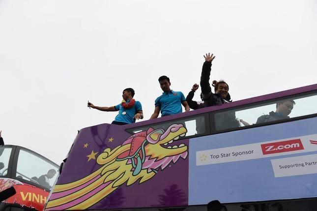 Mục kích xe mui trần chở U23 Việt Nam diễu hành trong biển người ảnh 1