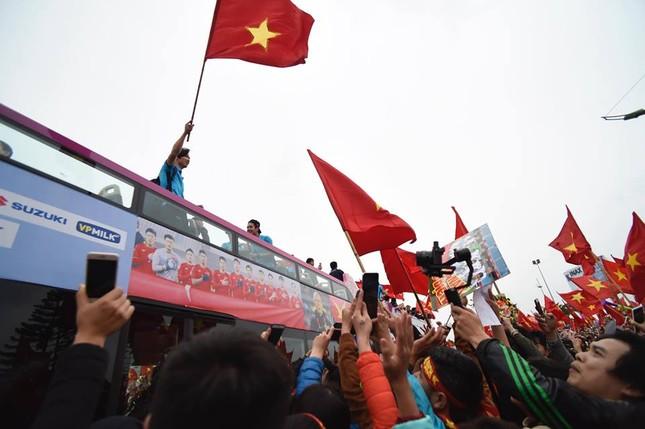 Mục kích xe mui trần chở U23 Việt Nam diễu hành trong biển người ảnh 2