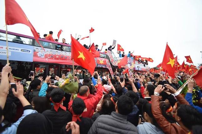 Mục kích xe mui trần chở U23 Việt Nam diễu hành trong biển người ảnh 3