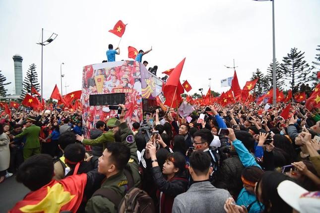Mục kích xe mui trần chở U23 Việt Nam diễu hành trong biển người ảnh 5