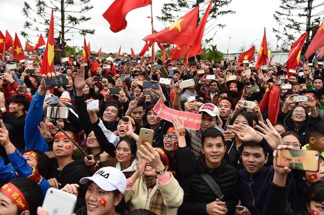 Mục kích xe mui trần chở U23 Việt Nam diễu hành trong biển người ảnh 6