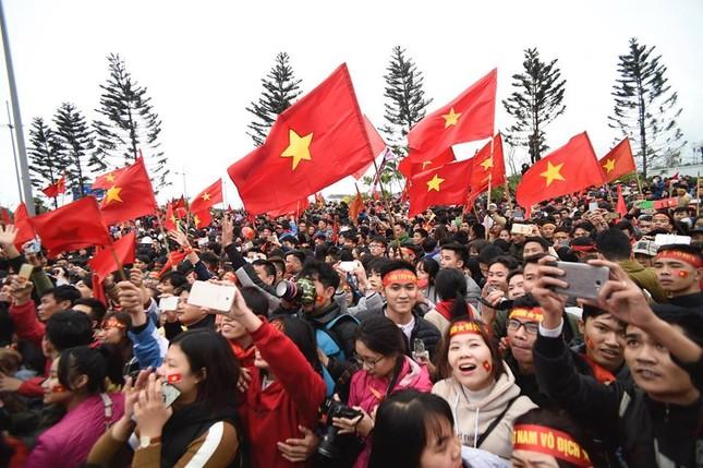 Mục kích xe mui trần chở U23 Việt Nam diễu hành trong biển người ảnh 4