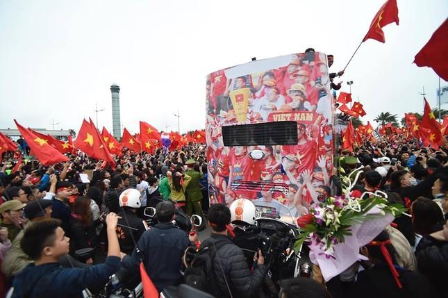 Mục kích xe mui trần chở U23 Việt Nam diễu hành trong biển người ảnh 7