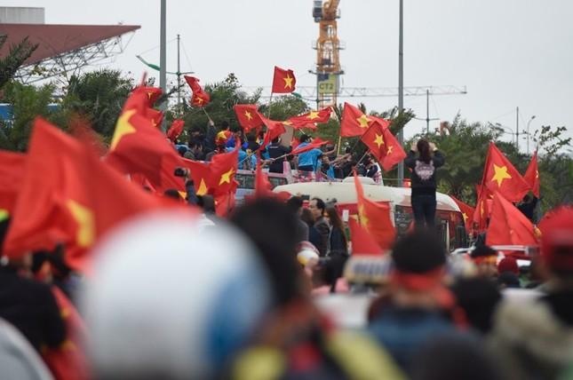 Mục kích xe mui trần chở U23 Việt Nam diễu hành trong biển người ảnh 8