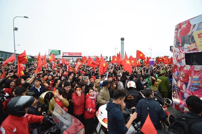 Mục kích xe mui trần chở U23 Việt Nam diễu hành trong biển người ảnh 9