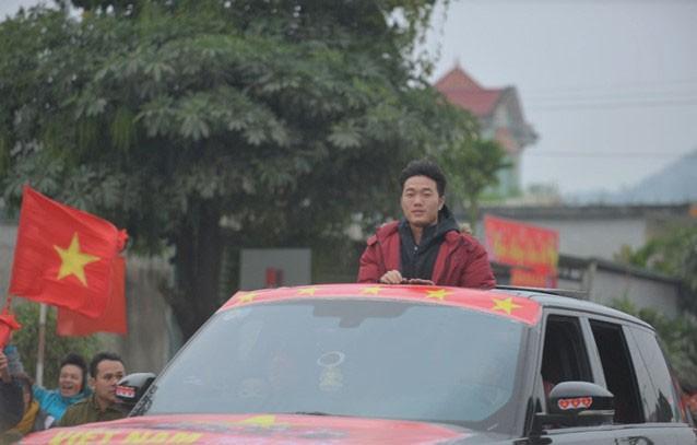 Thủ quân U23 Việt Nam được chào đón như người hùng ở quê nhà ảnh 1