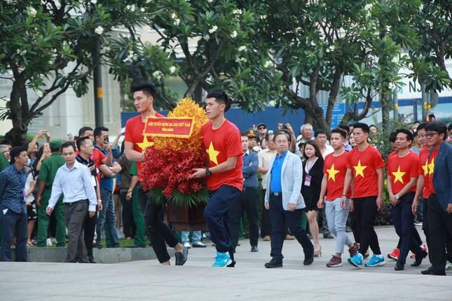 U23 Việt Nam làm lễ dâng hương tại tượng đài Bác Hồ ảnh 1
