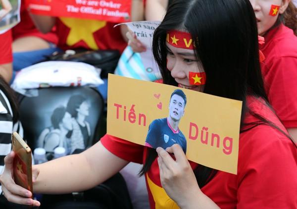 CĐV nữ mang biểu ngữ bày tỏ sự hâm mộ tuyển thủ U23 ảnh 1