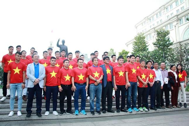 U23 Việt Nam làm lễ dâng hương tại tượng đài Bác Hồ ảnh 3