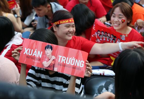 CĐV nữ mang biểu ngữ bày tỏ sự hâm mộ tuyển thủ U23 ảnh 3