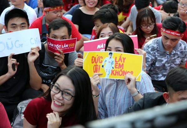 CĐV nữ mang biểu ngữ bày tỏ sự hâm mộ tuyển thủ U23 ảnh 5