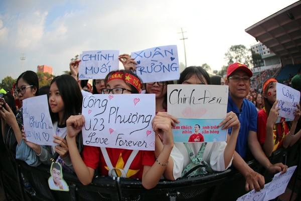 CĐV nữ mang biểu ngữ bày tỏ sự hâm mộ tuyển thủ U23 ảnh 6