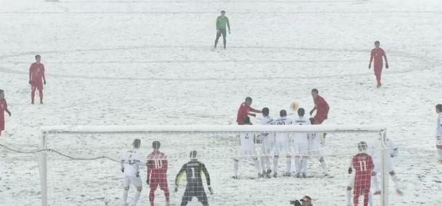 Thủ môn Bùi Tiến Dũng bị thầy 'bắt lỗi' ở giải U23 châu Á ảnh 2