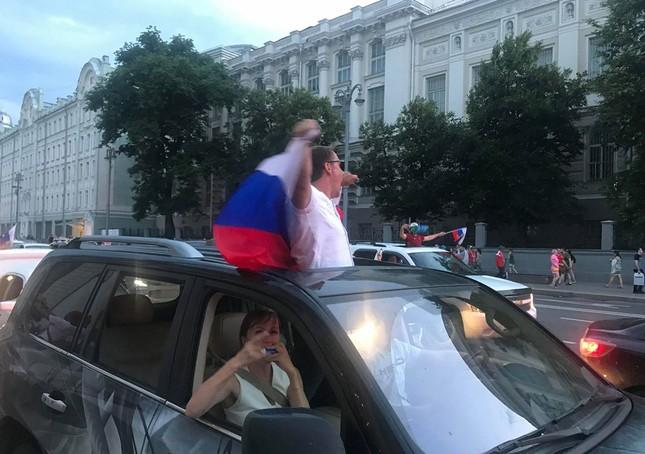 CĐV Nga 'bão đêm' mừng chiến thắng kỳ diệu trước Tây Ban Nha ảnh 11