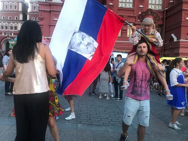 CĐV Nga 'bão đêm' mừng chiến thắng kỳ diệu trước Tây Ban Nha ảnh 6