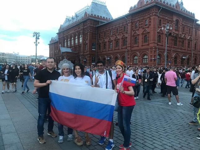 CĐV Nga 'bão đêm' mừng chiến thắng kỳ diệu trước Tây Ban Nha ảnh 7