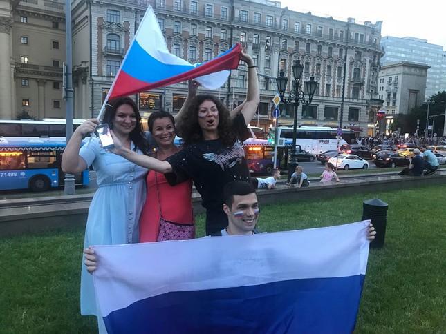 CĐV Nga 'bão đêm' mừng chiến thắng kỳ diệu trước Tây Ban Nha ảnh 8