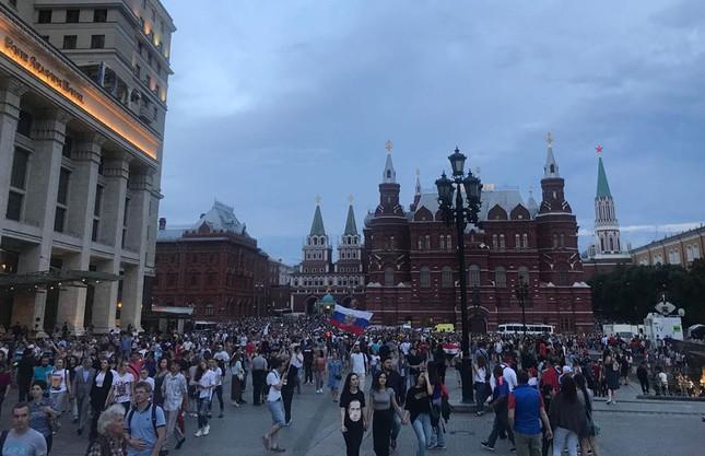 CĐV Nga 'bão đêm' mừng chiến thắng kỳ diệu trước Tây Ban Nha ảnh 4