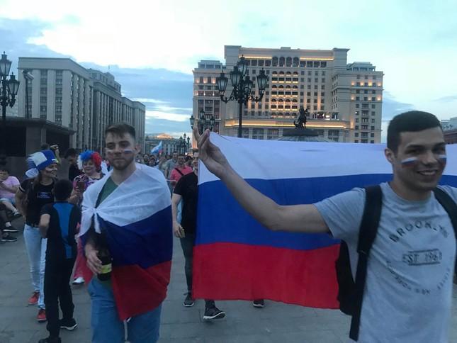 CĐV Nga 'bão đêm' mừng chiến thắng kỳ diệu trước Tây Ban Nha ảnh 9