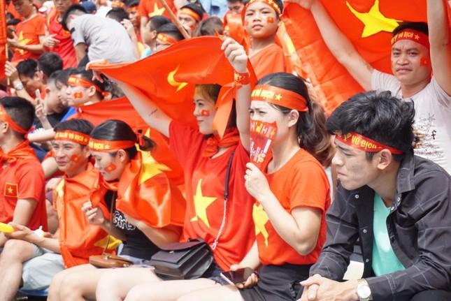 Cổ động viên tiếc nuối khi Việt Nam thua ở loạt penalty ảnh 24