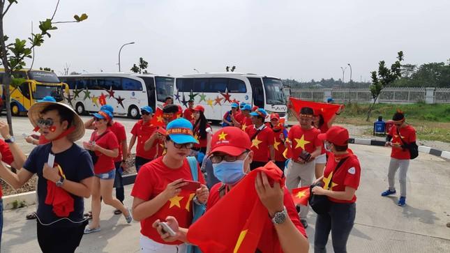 Rực rỡ sắc đỏ 'truyền lửa' cho Olympic Việt Nam ảnh 2