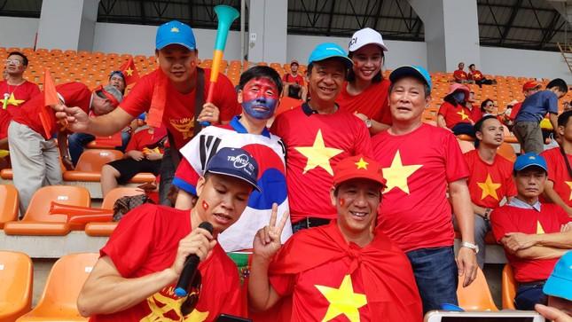 Rực rỡ sắc đỏ 'truyền lửa' cho Olympic Việt Nam ảnh 8