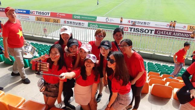 Rực rỡ sắc đỏ 'truyền lửa' cho Olympic Việt Nam ảnh 10