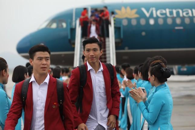 Cận cảnh Olympic Việt Nam xuống sân bay Nội Bài ảnh 13